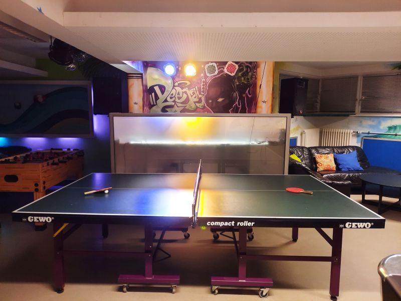 Tischtennisplatte und DJ-Pult